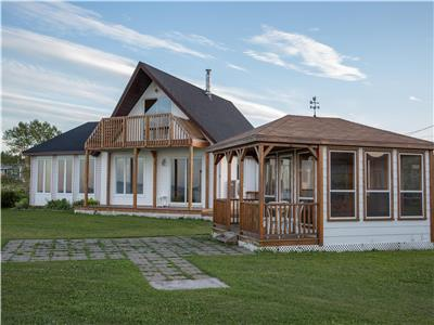 Waterfront Retreat / Pointe Verte, minutes from Petit Rocher / Beresford.