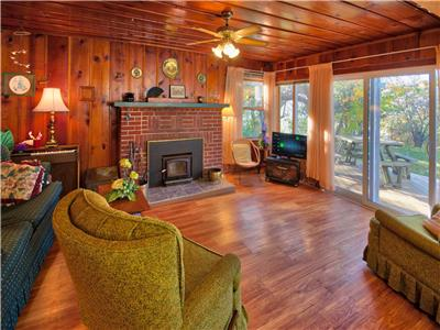 West Winds Lakefront Cottage: Spend some time at the beach!