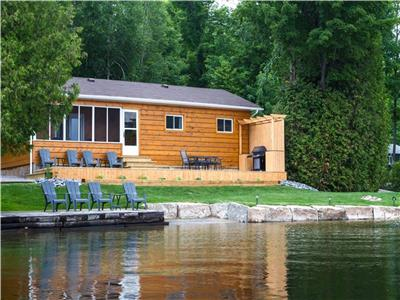 WATERFRONT - SANDY BEACH - Fully renovated, A/C, WIFI, garbage removal, Weber BBQ