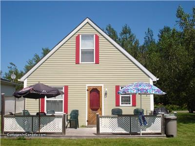 5-MINUTE WALK TO PARLEE BEACH -- 3-BEDROOM COTTAGE/CHALET - Pointe du Chene, Shediac, NB