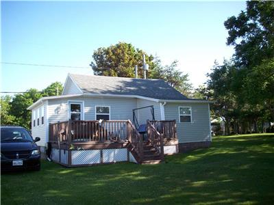 Quaint cottage located in Caissie Cape. 10 Minutes from Shediac and 1 minute walk to the beach!