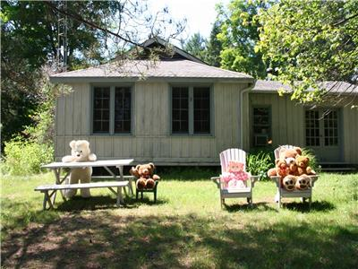 Private Quiet 130 acre Larson Lake Thousand Acre Woods. Cozy 2 bedroom cottage Beach Boats Dock Raft