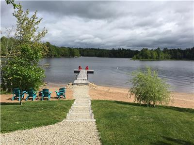 Falls Lake Beautiful Lakefront Year Round Cottage - August availability due to recent cancellations!