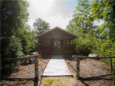 Amazing All-Season Cabin in Matlock (ALL amenities). After Sept long weekend -Discounted $1000/week.