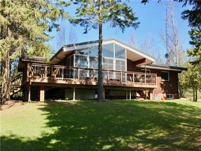 Wraight Escape - 5 bedroom lakefront family friendly cottage on beautiful lake Manitouwabing!!