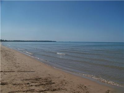 Peaceful Pines Cottage - Ipperwash Beach - June to Sept (7 day min Sat to Sat)