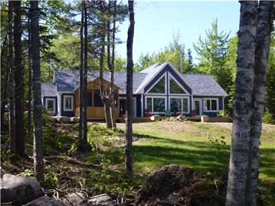 Deluxe Lakefront Cottage - Ski Martock, Huge Deck, Screened Room, Large Beach