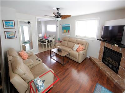 Beachside Cottage -Fall Getaway Available -Hot tub, 2 fireplaces, walk to beach, restaurants & shops