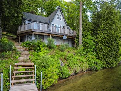 RED OAKS COTTAGE - Picturesque Setting; Magnificent Cottage on Prestigious L'amable Lake