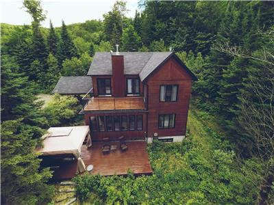 Splendid lakefront cottage located in the beautiful Laurentians