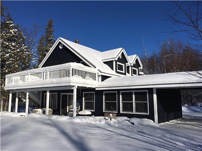 Quintessential Canadian retreat, 3 bed, 2 bath, cosy and inviting cottage with stunning lake views