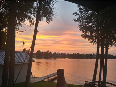 $1500 per week - Gorgeous Family Cameron Lake Waterfront Cottage For Rent