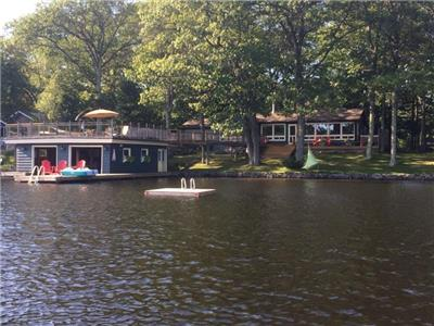 LAKE MUSKOKA MAGIC! COTTAGE & BUNKIE, S. Exp., 30 ft f/ waters edge, Shallow & Deep water, HOT TUB