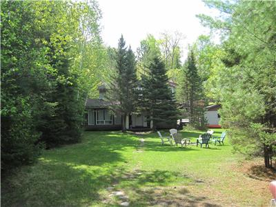 Gingerbread Cottage on Beautiful Bay Lake, a 10 minute drive to Bancroft