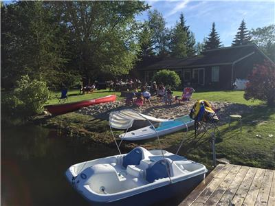 Great location lakefront cottage . Only 1.5h from Toronto . Watercraft all included !!