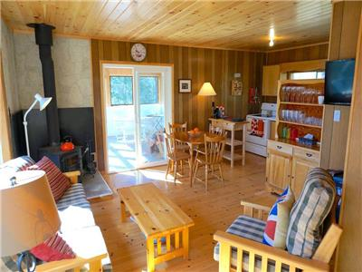 HALIBURTON HIGHLANDS DOG FRIENDLY COTTAGE ON NON-MOTOR BOAT LAKE