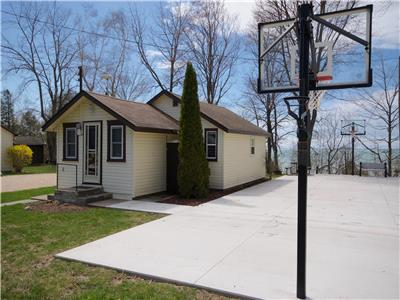 Firefly Cottage near Grand Bend: Charming Lakeview!, Basketball!