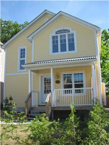 Large Modern Cottage, easy walk to Main Street and Beach.
