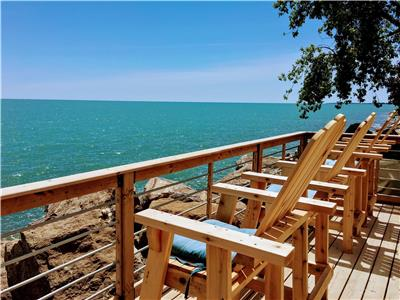 Gorgeous Lakefront cottage on Lake Erie-minutes to Point Pelee with HOT TUB and fireplace!