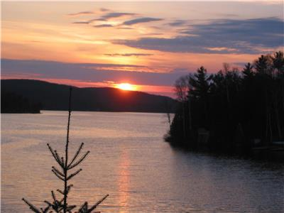 Clear Lake Cottage, Sandy Beach, Beautiful Sunsets with Western Exposure, Sleeps Six