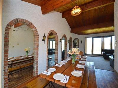 Beautiful Spanish Style Chalet in BLUE MOUNTAINS (COLLINGWOOD), ONTARIO (Maximum 10 guests allowed)