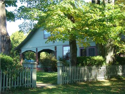 Bayfield heritage cottage: charm galore, covered veranda! STEPS TO BEACH, BEAUTIFUL VIEWS!