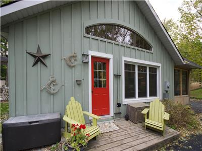 Pine Grove Port Albert Cottage: Character Plus!