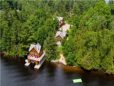 FERNGLEN WATERFRONT COTTAGE - ** HOT TUB AND TONS OF SPACE**