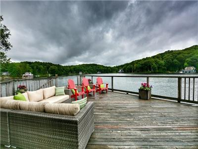 FAMILY PARADISE - Amazing lake house on quiet cove on Lake Joseph - your kids will love it!