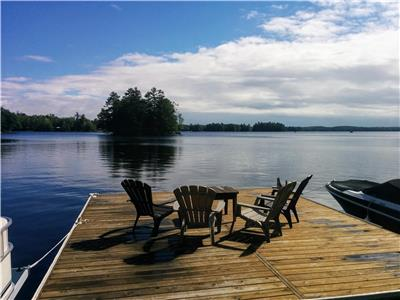 Bobs Lake Cottage, private sandy beach, large private dock, great fishing and swimming