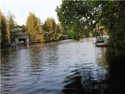 Relaxing 5 BR Waterfront Cottage In Kawartha Lakes
