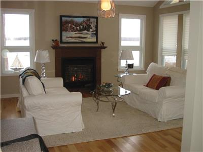 45 MINS FROM DOWNTOWN OTTAWA + WATERFRONT + GAS FIREPLACE + 2 MINS to $1M BEACH IN FITZ. PROV. PARK