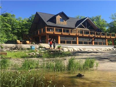 Log Chalet, modern conveniences in rustic setting  near Parry Sound