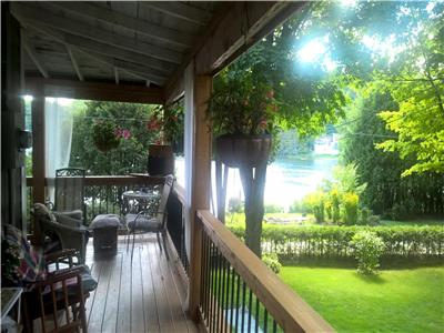 Beautiful 4-season waterfront cottage, 35 minutes from Ottawa