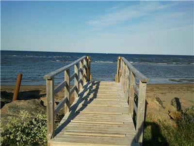 NEWLY RENOVATED COTTAGE IN CAISSIE CAPE (2 MIN WALK) TO PRIVATE BEACH