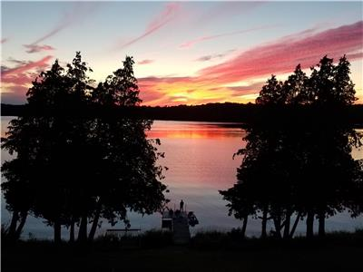 Lazy Loon Lakehouse - Ultimate privacy on 530+ feet of shoreline, sunsets & crystal clear water