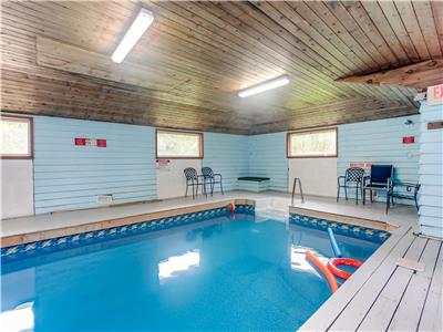 SkiChalet, indoor heated pool & Sauna (Sleep20) walking distance to the Blue Mountain village