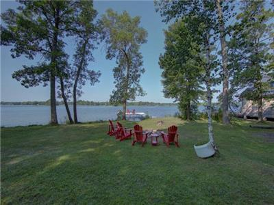 SHADOW LAKE RETREAT - WATERFRONT FAMILY COTTAGE