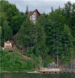 Exquisite getaway with stunning view of Kennisis Lake