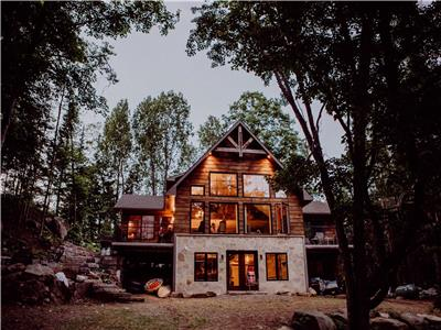 Beautiful Hollow River Family Cottage Close to Algonquin Park