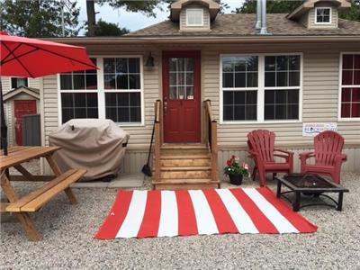 Downtown Grand Bend - Cozy 3 bdrm cottage a few steps to one of the best beaches in Canada!