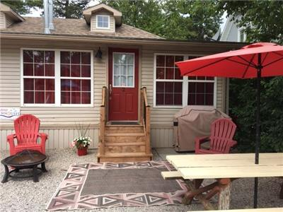 Downtown Grand Bend - Cozy 2 bdrm cottage a block away from the best beach in Ontario