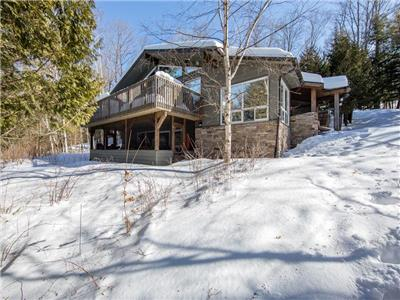 Highland Hideaway - 3 Bdr, 2 Bath cottage overlooking the beautiful South Portage Lake