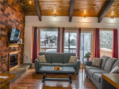 Chalet Blue - 5 bdrms w/ hot-tub, slps 12, 2 min to Blue Mountain Village, 5 min to Northwinds Beach