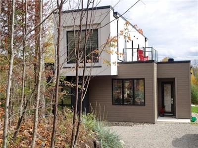 Mont Tremblant  Modern Home! Ski, hike, golf, swim, explore or just relax in nature. PRIVATE HOT TUB